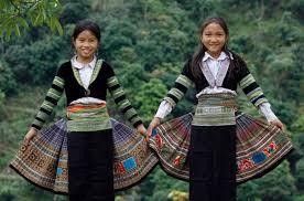 Kỹ thuật tạo hoa văn bằng sáp ong của phụ nữ H'Mông Hà Giang